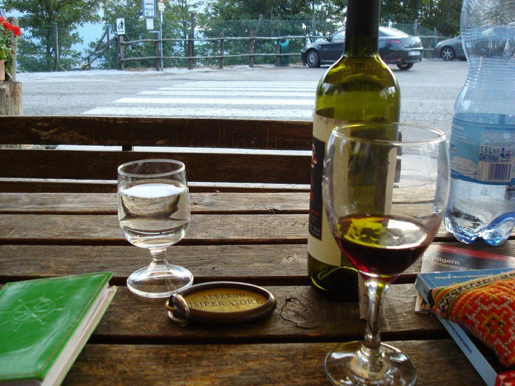 Nicht zu viel vino rosso trinken, am nächsten Tag muss man früh aufstehen. Ma, che bello bere en pace. In aller Ruhe trinken.