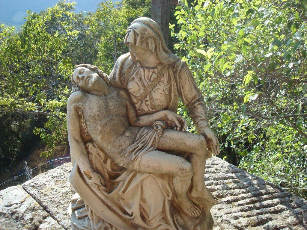 Im Kloster, versteckt, gibt es in einer Wandnische eine Pietà, die Michelangelo inspiriert haben soll.