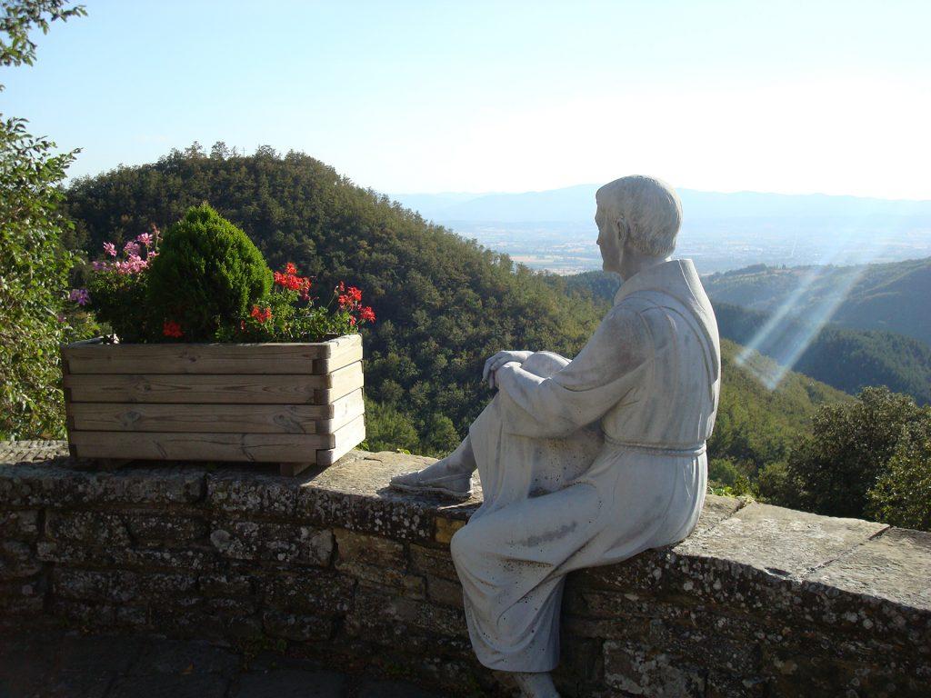 Franziskus schaut vom Kloster Montecasale in den Apennin
