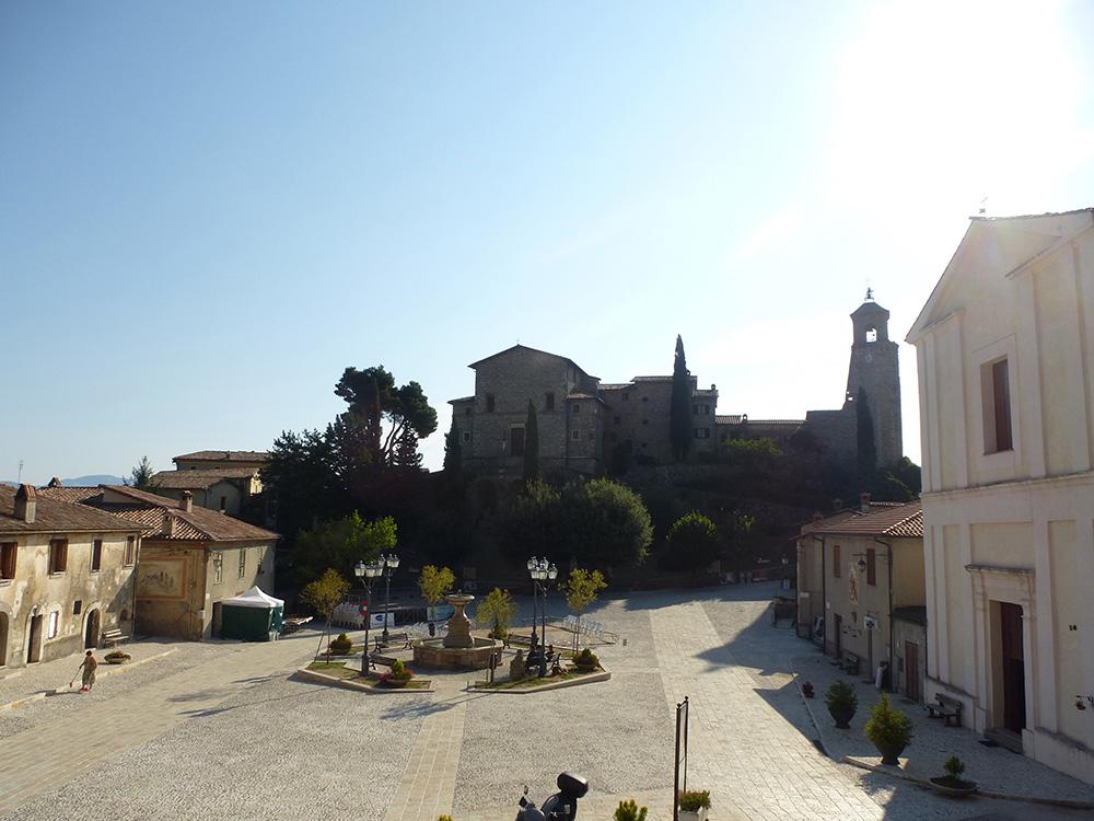 Blick von meinem Zimmer im Hotel della Fonte auf den Marktplatz von Greccio