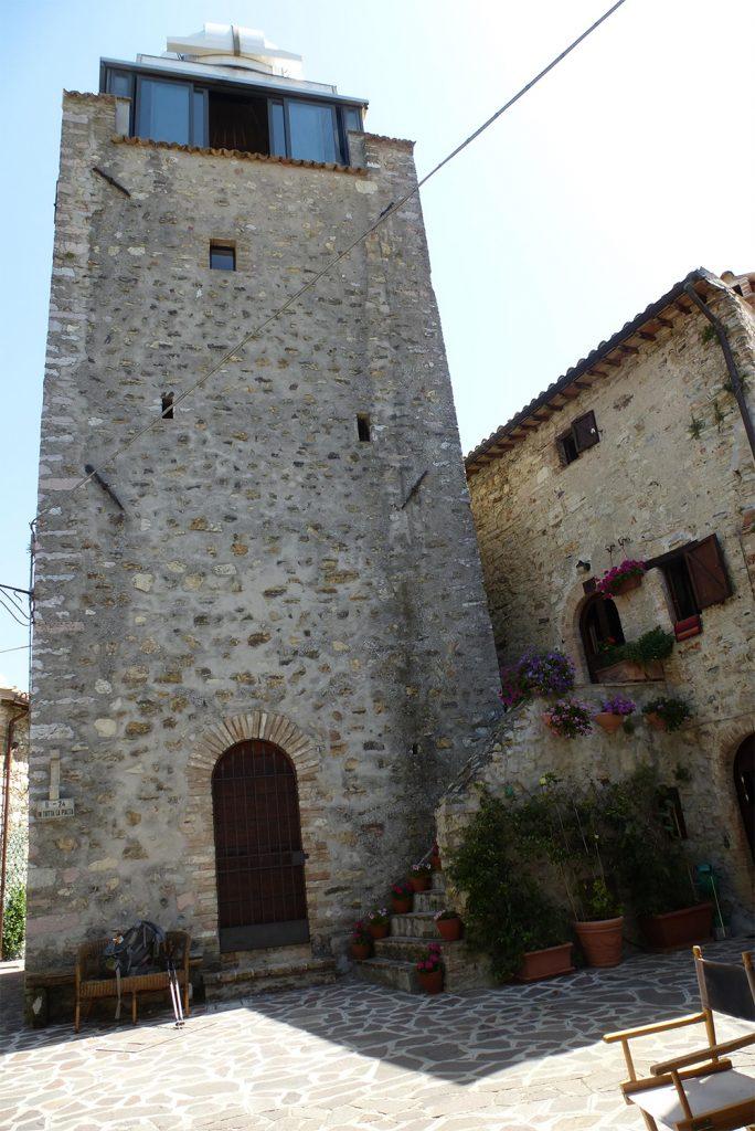11:50 Uhr: Beim Wohnturm im hübschen Mogliano folge ich dem der Wegtafel nach Rappicciano