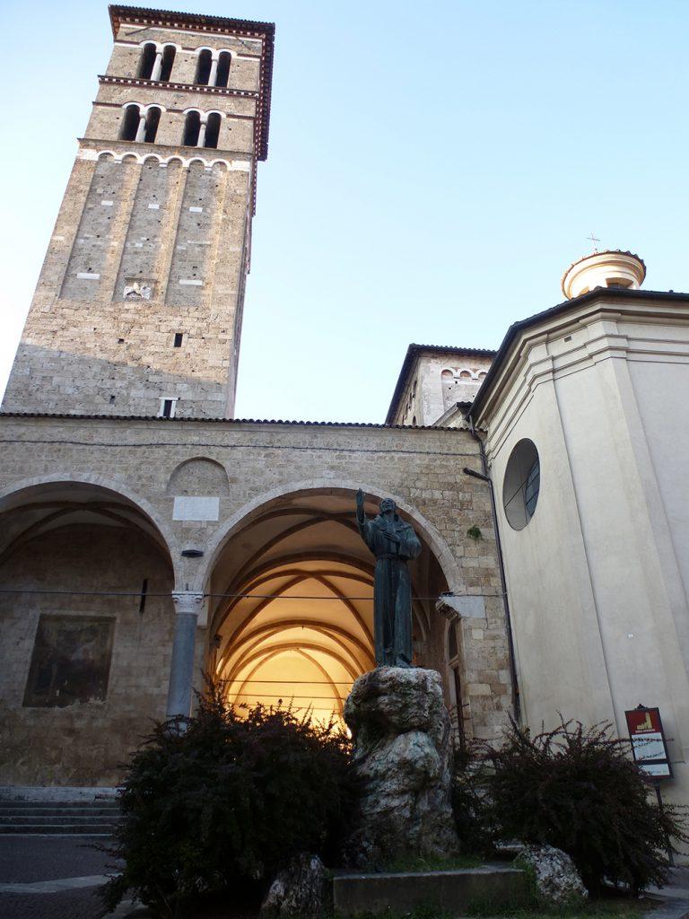 Startpunkt. Die Kathedrale Santa Maria Maggiore in Assisi Die Bronzestatue des Franziskus (1927) winkt uns nach.