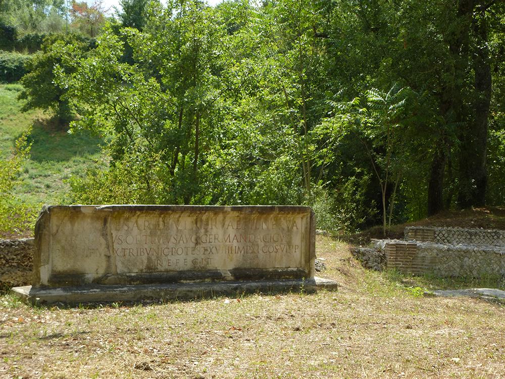 Zwischen der Kirche und dem Ortszentrum begegnen wir der Ausgrabung eines antiken Amphitheaters.