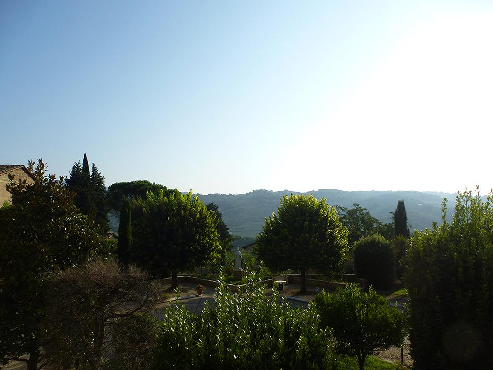 Abtei von Farfa Nachmittags-Blick in den Klostergarten mit der Muttergottes.